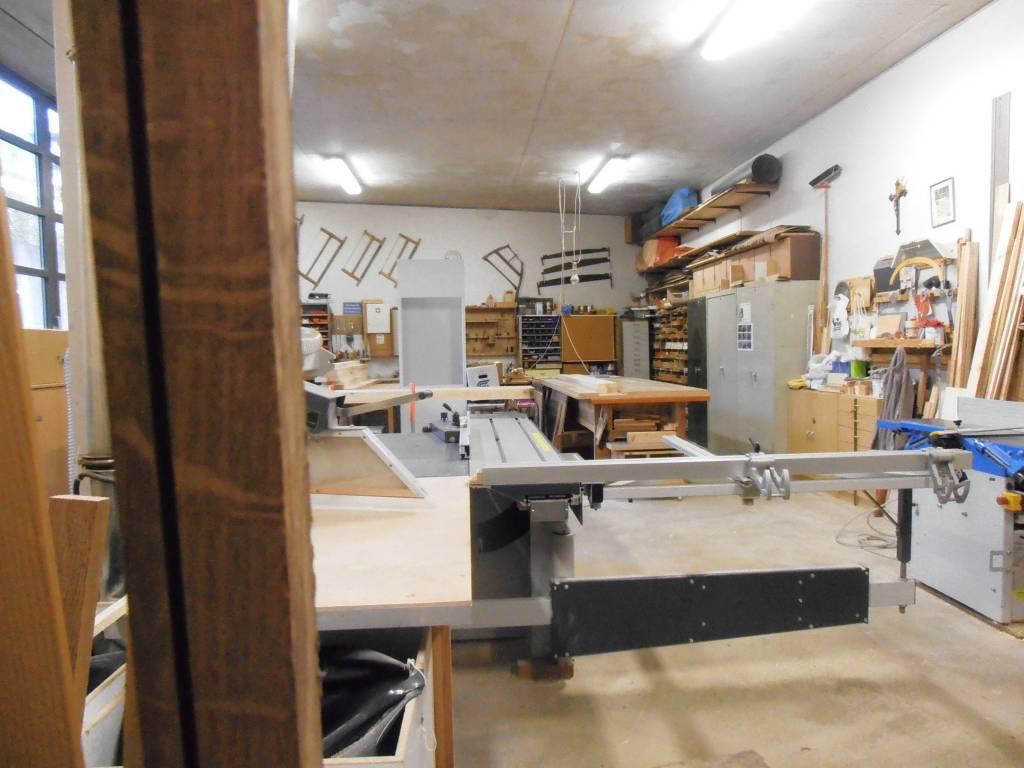 In der Werkstatt reparieren Hartz-IV-Empfänger, Rentner und Ehrenamtliche beispielsweise kaputte Bänke aus dem Viertel