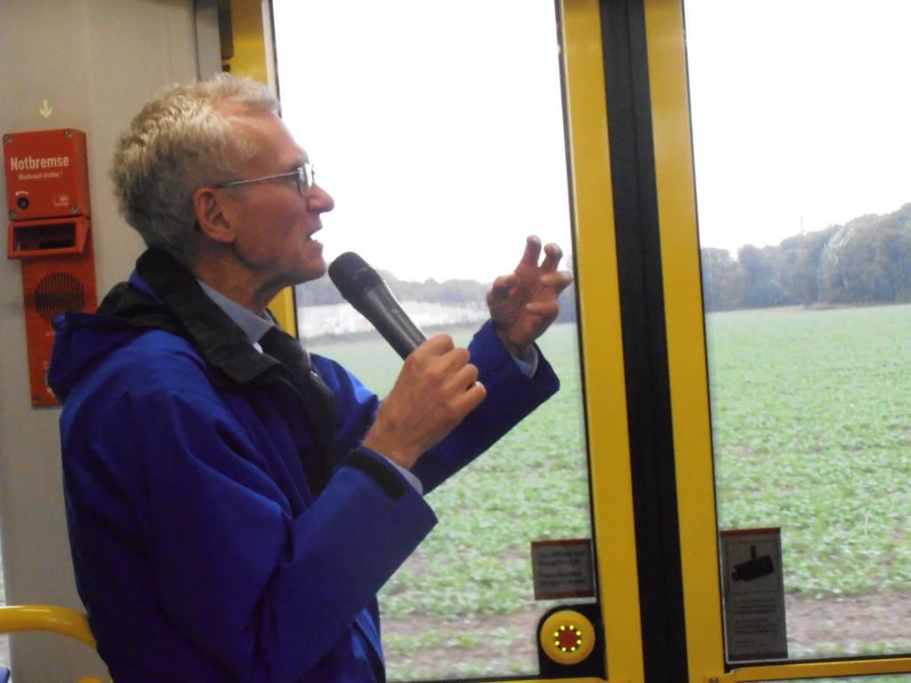 """Zuerst fährt die Bahn in den Kölner Westen. Franz Meurer erzählt über die sozialen Unterschiede in den verschiedenen Vierteln. In der Bahn sei das aber anders: """"In der Straßenbahn sind wir mit allen eins. Hier gibt es keine Klassen"""""""