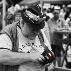 Mann mit Hut und Geldbörse mit Deutschlandfahne